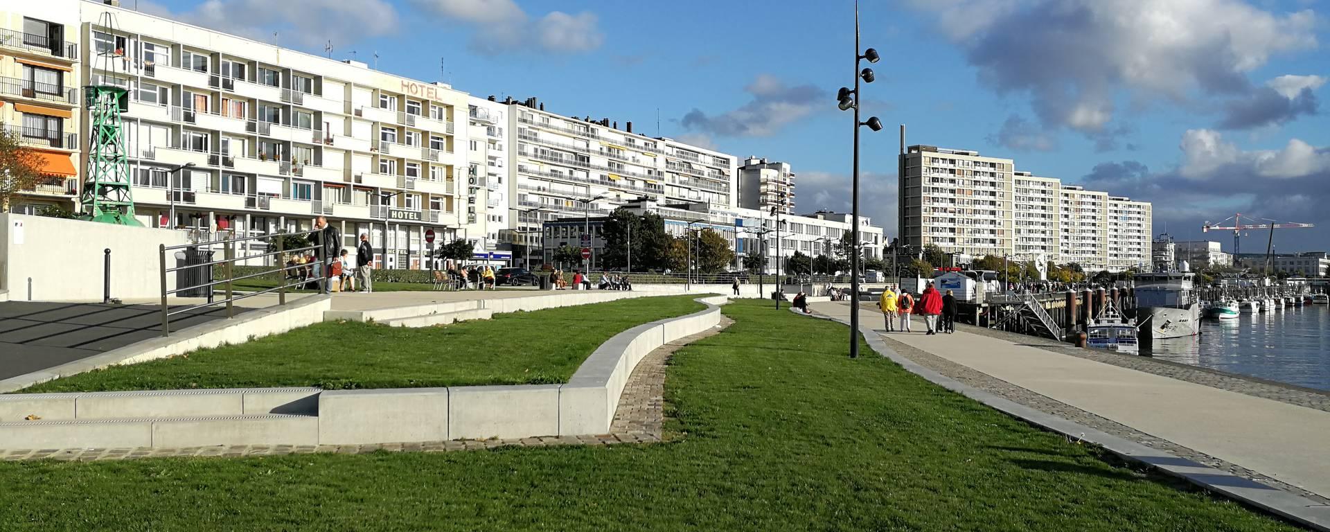 Promenade avec vue sur les buildings